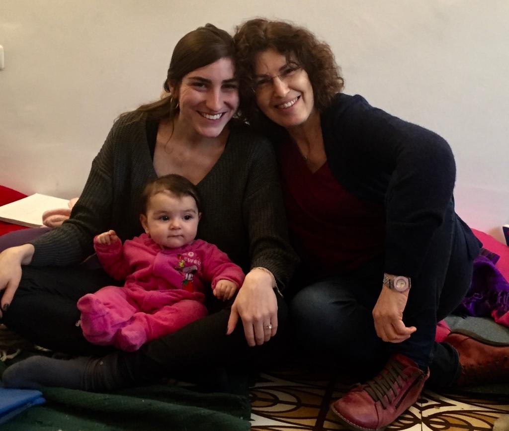שלושה דורות בקורס הכנה ללידה יעל עם בתה הילה, ונכדתה אלה